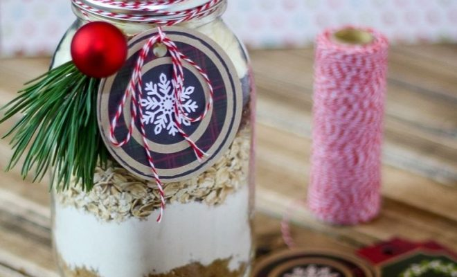 This easyCranberry White Chocolate Oatmeal Cookies In a Jar recipe is a perfect handmade gift! It's a sweet and delicious gift friends and family will love.