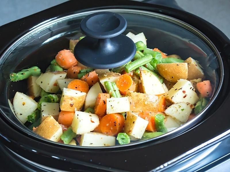 crock pot with the lid on